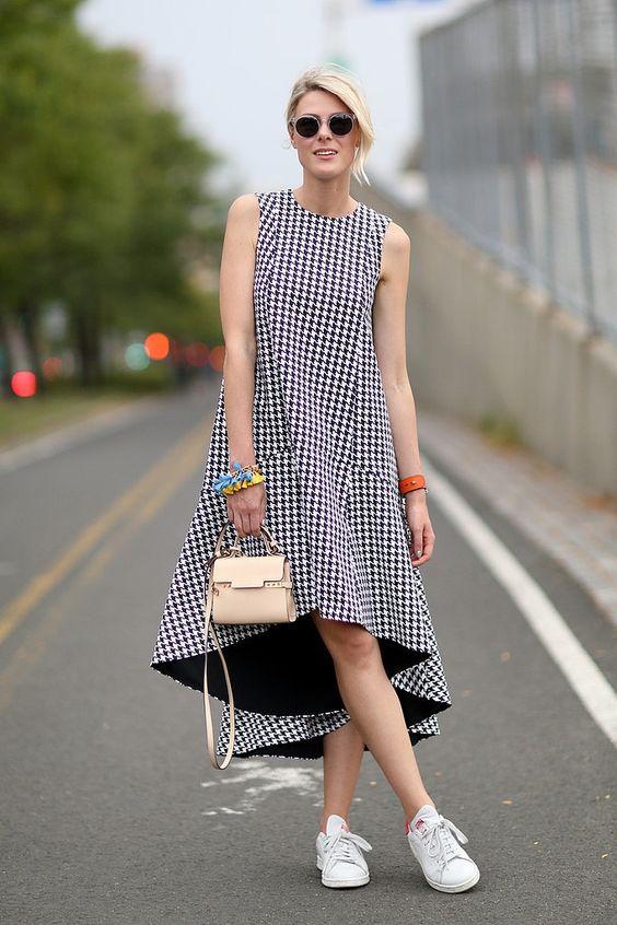 cách mix váy maxi với các phụ kiện hợp lý như giày thể thao