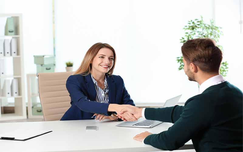 phỏng vấn xin việc đừng quên bắt tay thân thiện