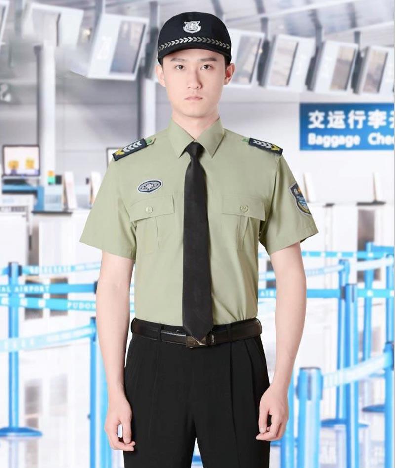 Mẫu đồng phục bảo vệ có áo màu xanh nhạt lạ mắt