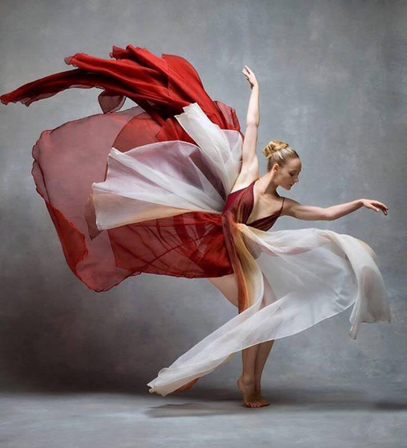 Những tà voan bồng bềnh giúp thổi hồn vào điệu múa