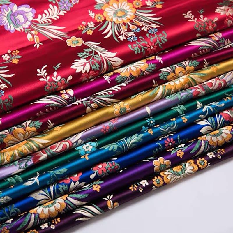 Màu sắc của vải gấm vô cùng đa dạng, phong phú