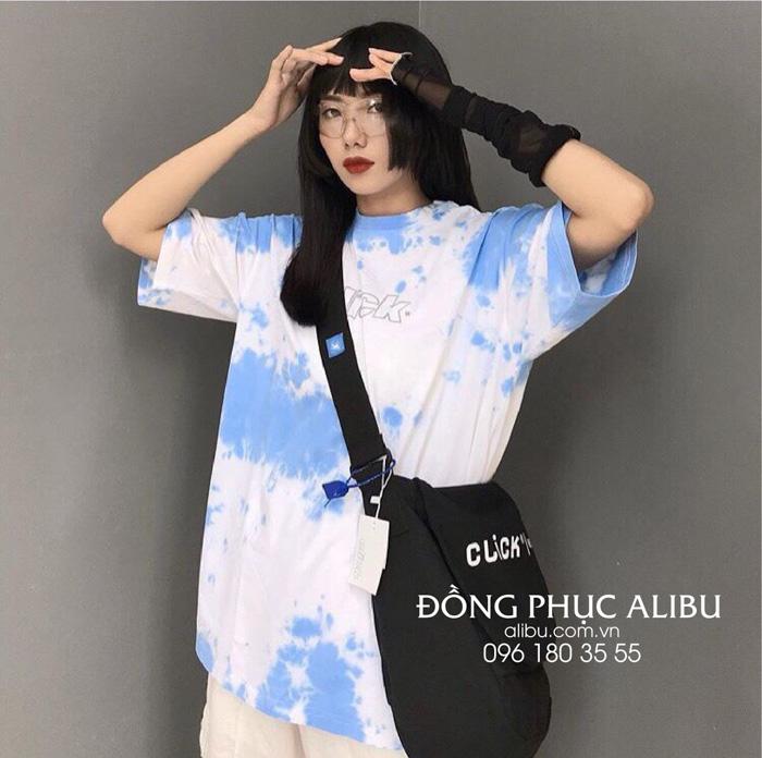 Áo loang màu xanh trắng rất phổ biến và được nhiều người yêu thích