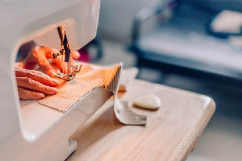 Với các loại vải dày, các bạn nên dùng thêm dây viền hoặc ren khi lên lai quần
