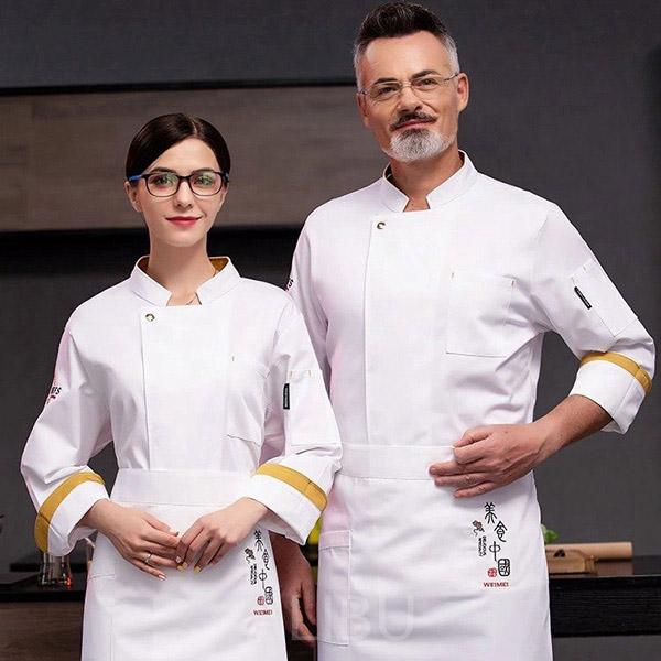 Bộ đồng phục bếp tone màu trắng vô cùng phù hợp cho nhà hàng hướng tới sự sang chảnh