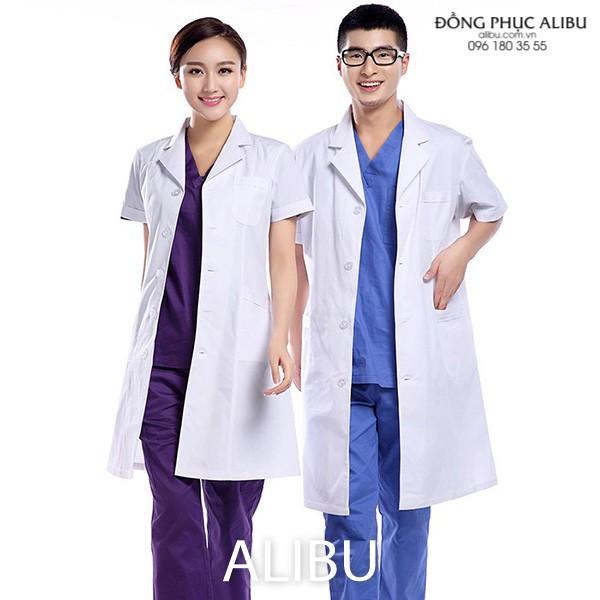 Áo blouse bác sĩ tay ngắn màu trắng đầy thiện cảm và trẻ trung