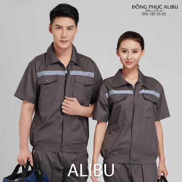 Bộ đồng phục công nhân cơ khí có độ bền cao, chịu nhiệt tốt và có viền phản quang trước ngực giúp phản xạ ánh sáng