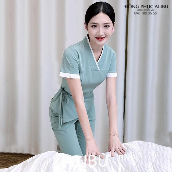 đồng phục massage cổ V được ưa chuộng vì thiết kế đơn giản và tôn giáng người mặc